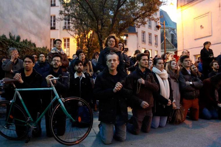 불타는 노트르담 성당을 바라보며 아베 마리아를 부르는 사람들(출처 ; EPA)