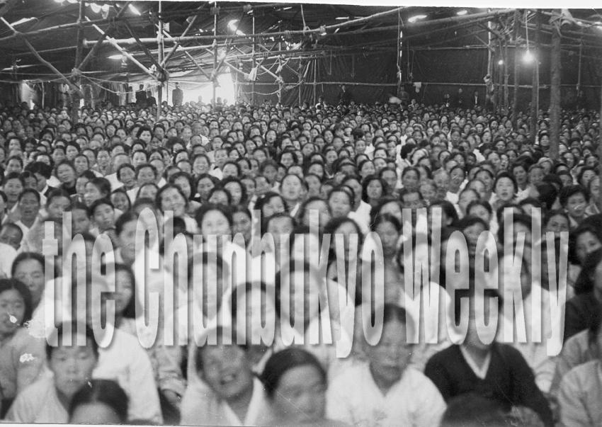 박태선 장로 천막집회 군중 사진입니다.